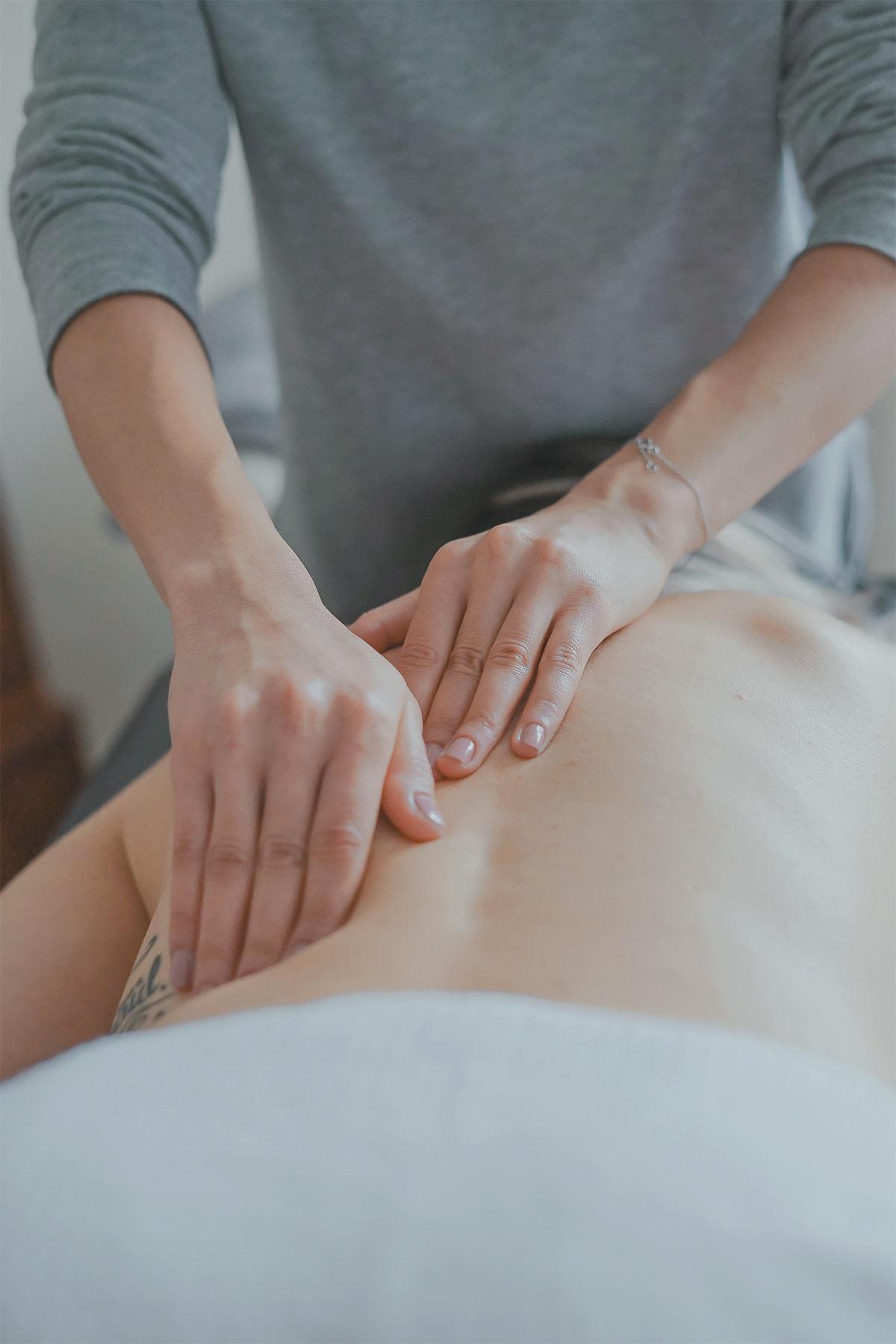 Mains qui donnent un massage de dos