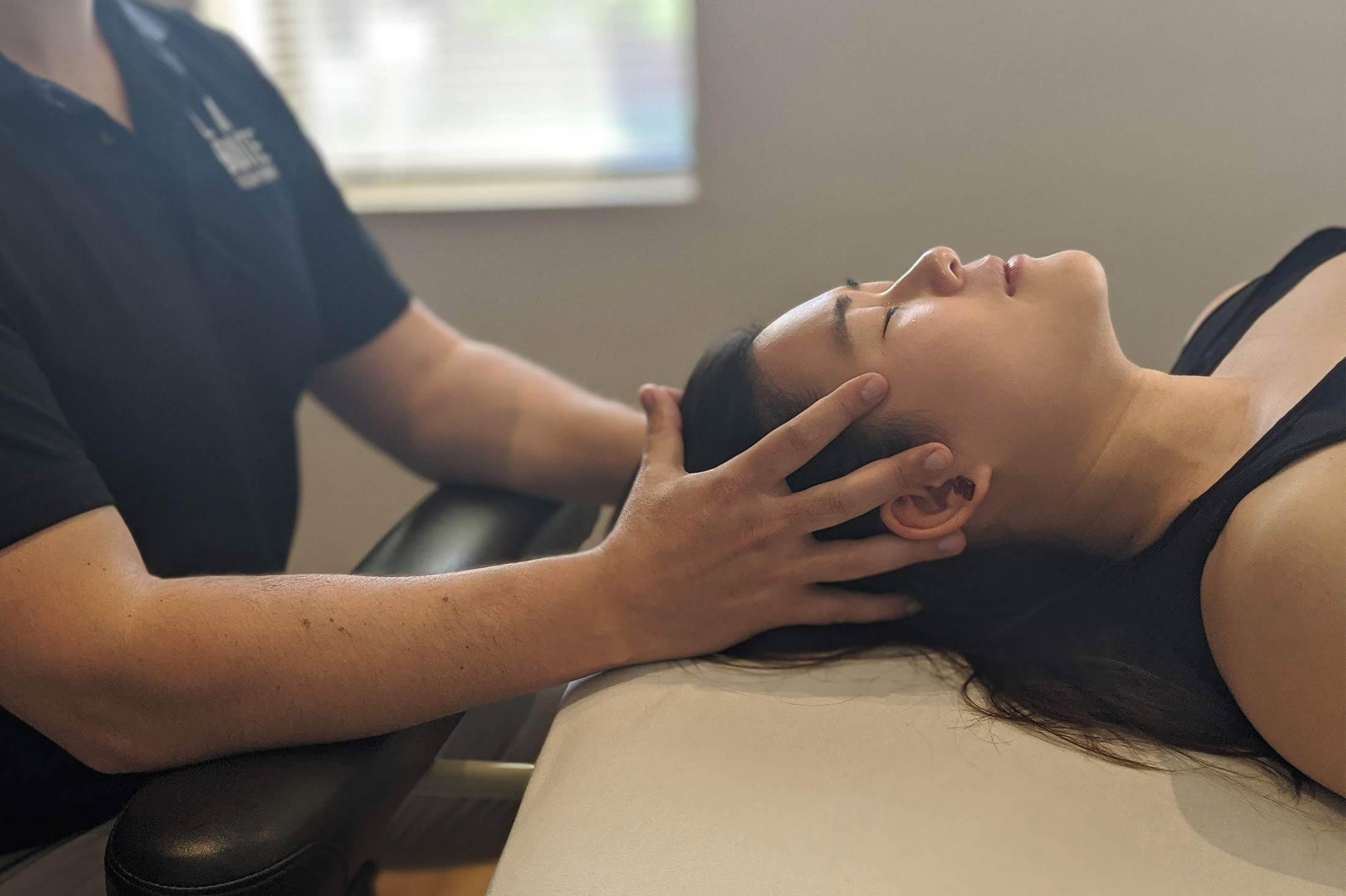 Femme qui reçoit un traitement en massothérapie