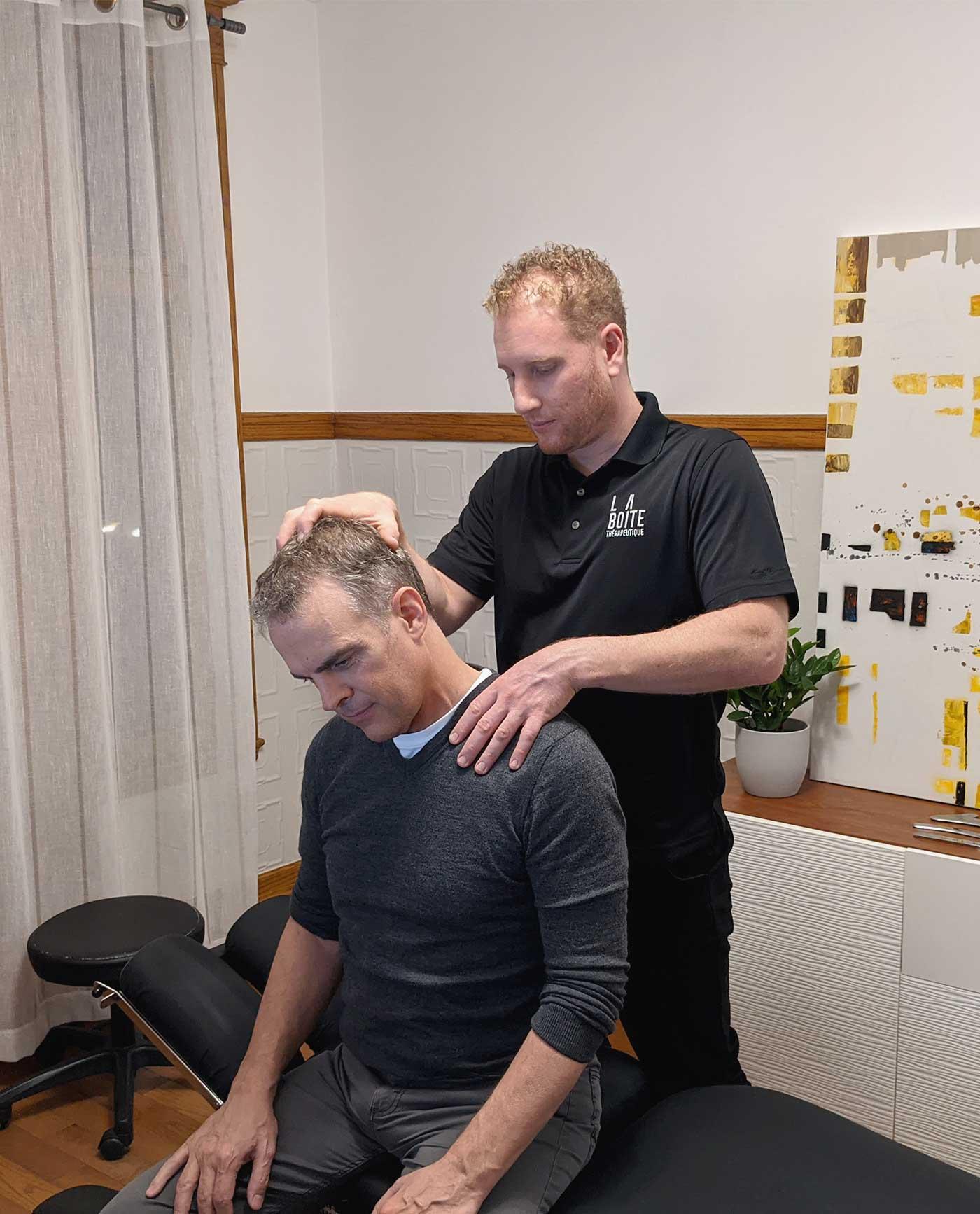 Homme qui reçoit un traitement chiropratique
