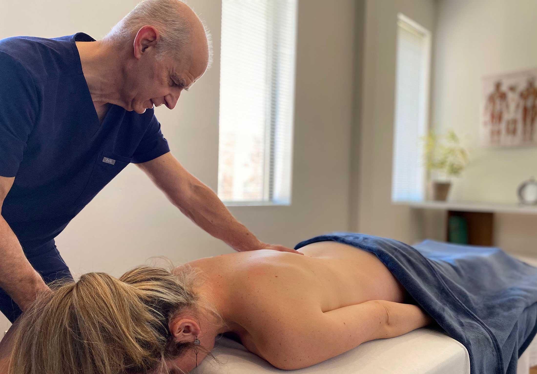 Femme qui reçoit un traitement de massothérapie