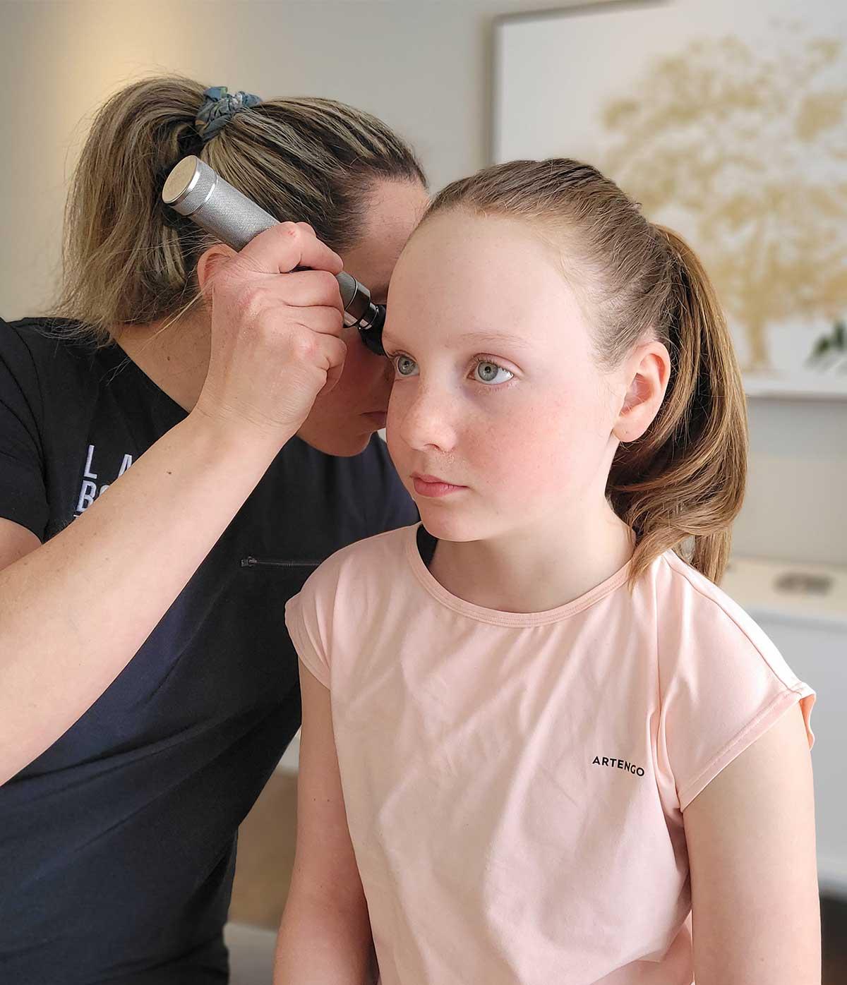 Enfant qui reçoit un traitement chiropratique