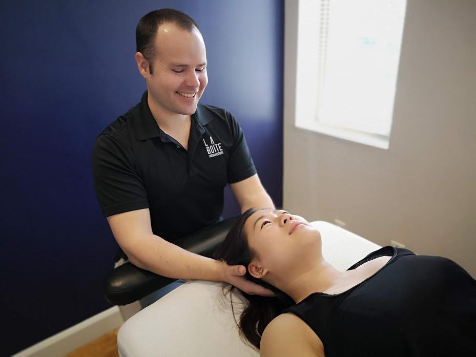 Femme qui reçoit un traitement d'ostéopathie