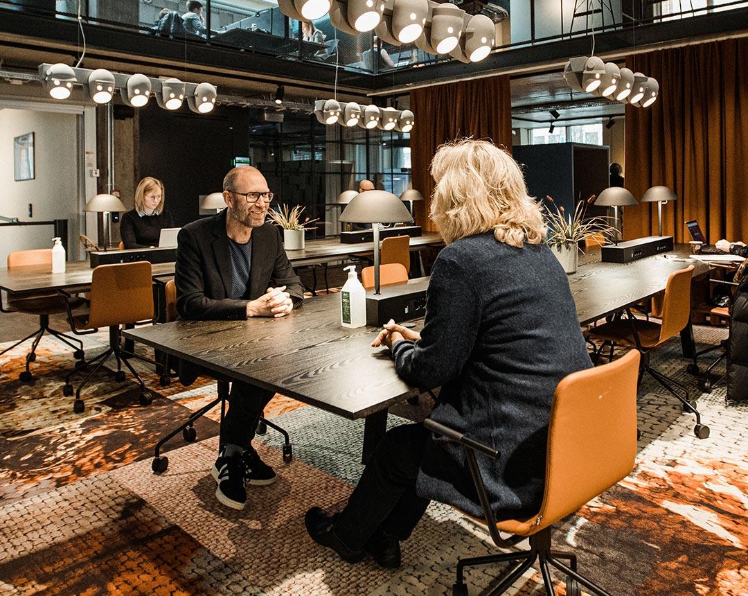 Bild som visar två personer som pratar