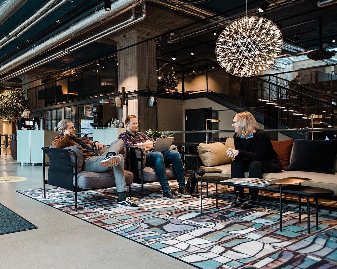 Bild som visar tre personer i soffa som pratar