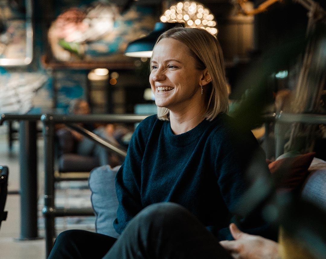 Bild som visar en kvinna som ler