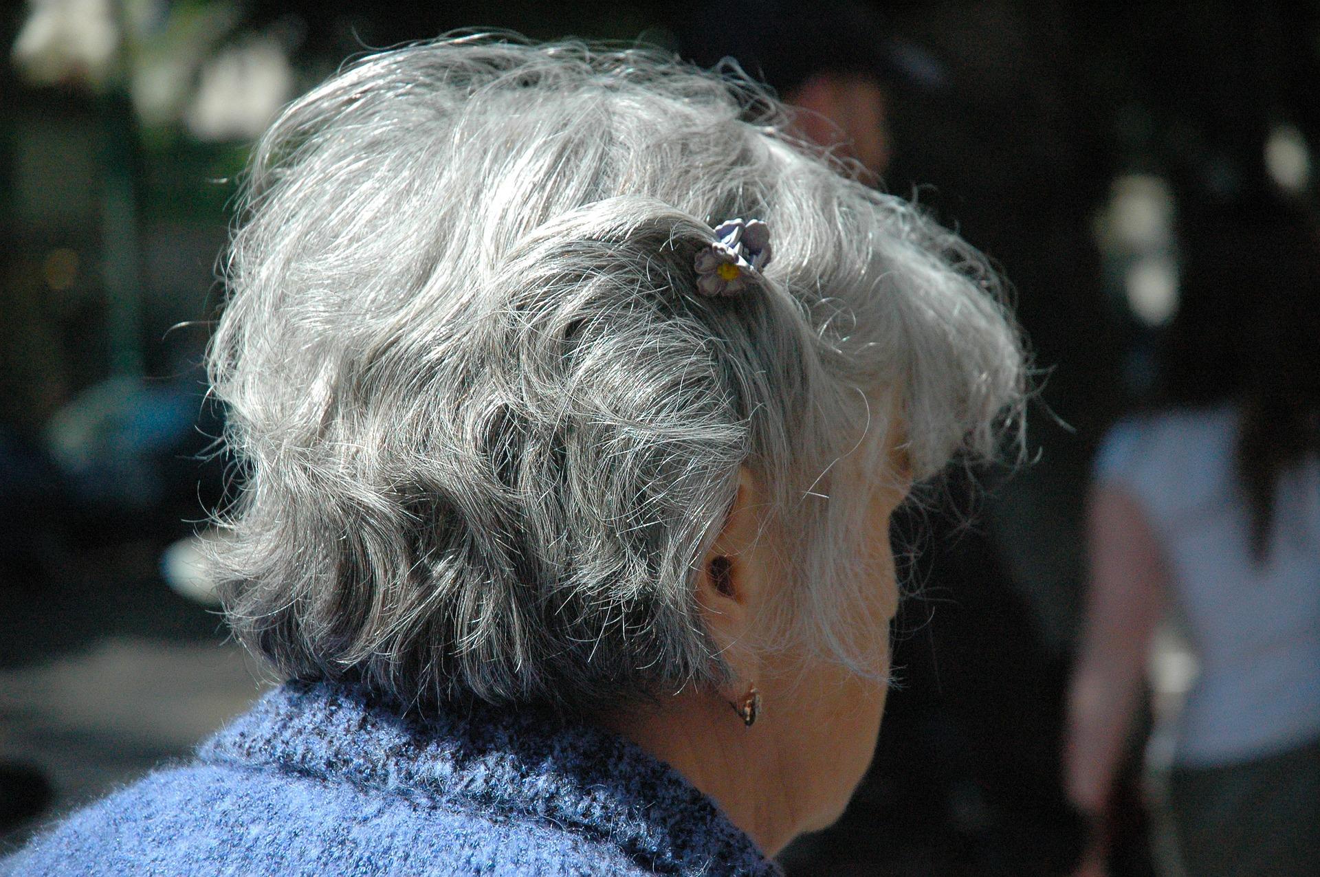 Illustrasjon, eldre dame som har blitt utsatt for Bank-ID svindel