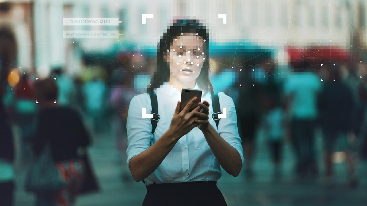 mulher usando o celular enquanto seus dados sao captados
