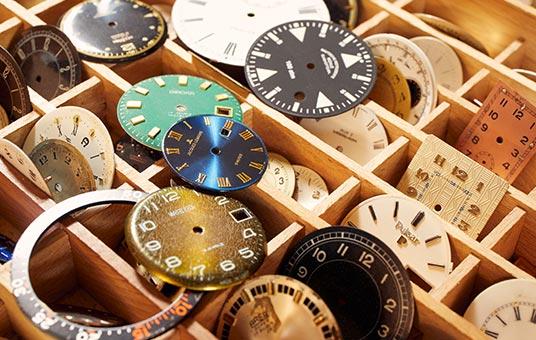 Ersatzteile und Zubehör in der zertifizierten Fachwerkstatt der Uhrmacher Dostal.