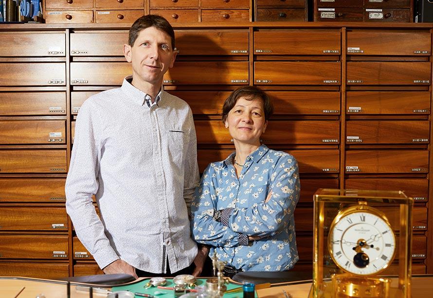 Die Uhrmacher Florian und Barbara Dostal in ihrer zertifizierten Meisterwerkstatt.
