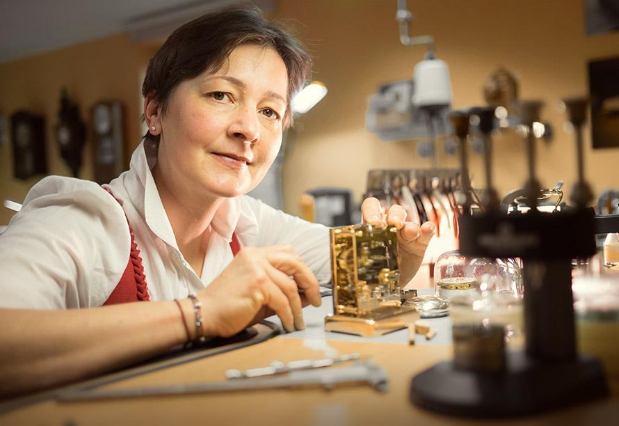 Uhrmacherin Barbara Dostal restauriert eine historische Uhr.