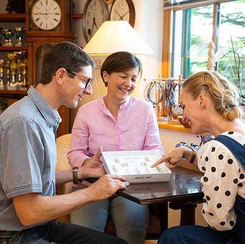 Uhrmacher Florian und Barbara Dostal im Verkaufsgespräch in der Uhren Meisterwerkstatt.
