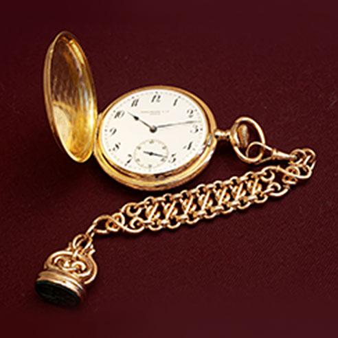 Eine goldene Taschenuhr liegt bei Uhrmachermeister Dostal auf dem Tisch.