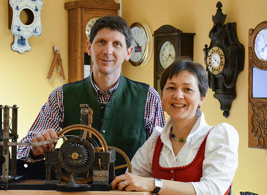 Die Uhrmacher Florian und Barbara Dostal in der Meisterwerkstatt.