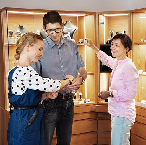 Uhrmacher Barbara und Florian Dostal verkaufen eine Uhr in der Meisterwerkstatt.
