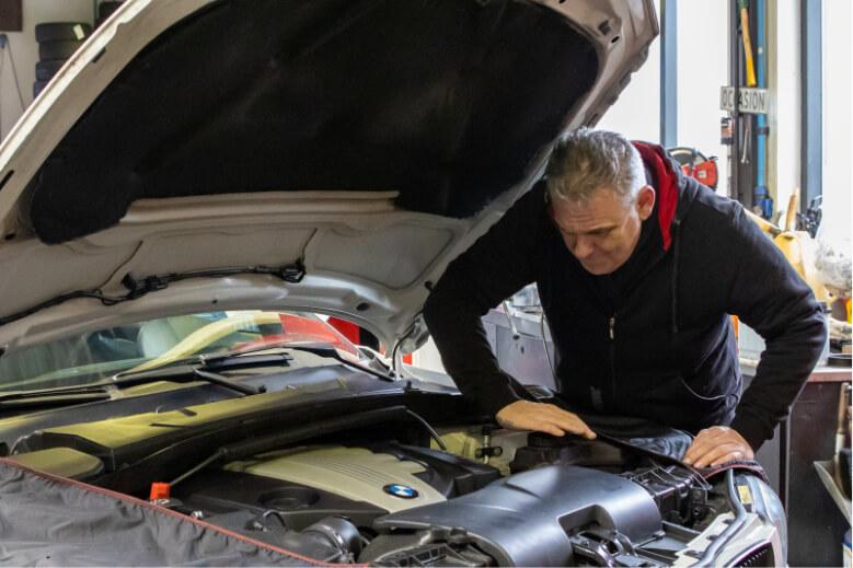 Andre verpalen doet auto onderhoud