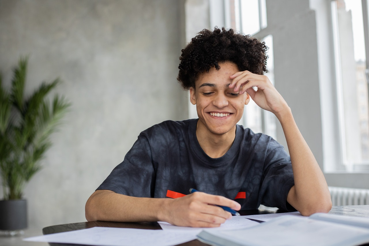 jeune personne chez elle en train d'étudier