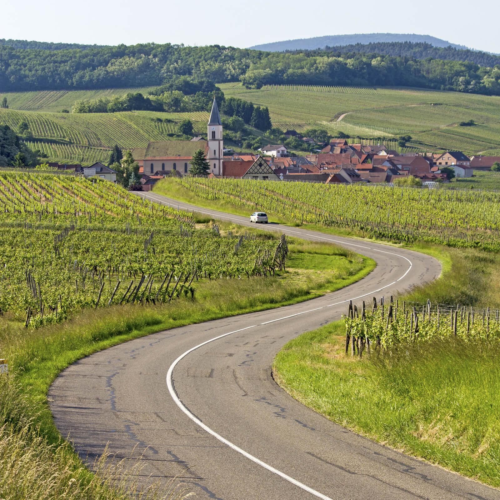 Route de campagne avec Mairie au loin