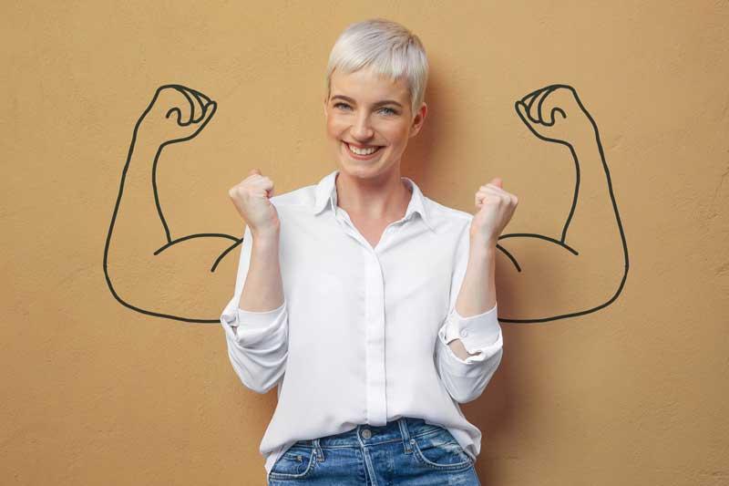 Une femme levant les bras en signe de victoire