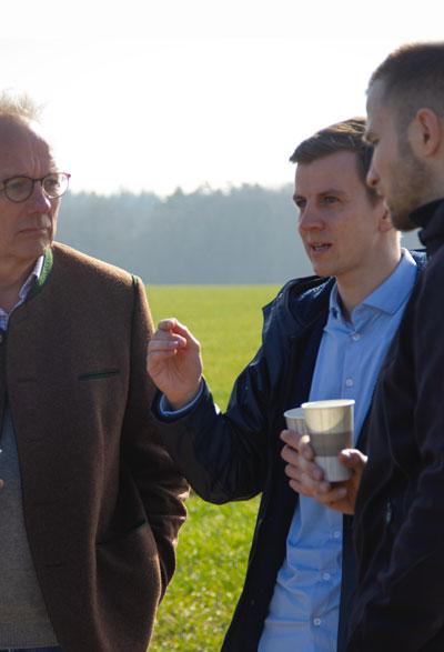 Tim Ohm zusammen mit Herrn Albrecht von Wilamowitz - Moellendorff, dem Geschäftsführer von Gut Krampfer im Gespräch.