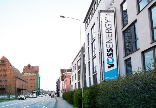 Voss Energy Gebäude mit großem Vinylbanner an der Aussenfassade