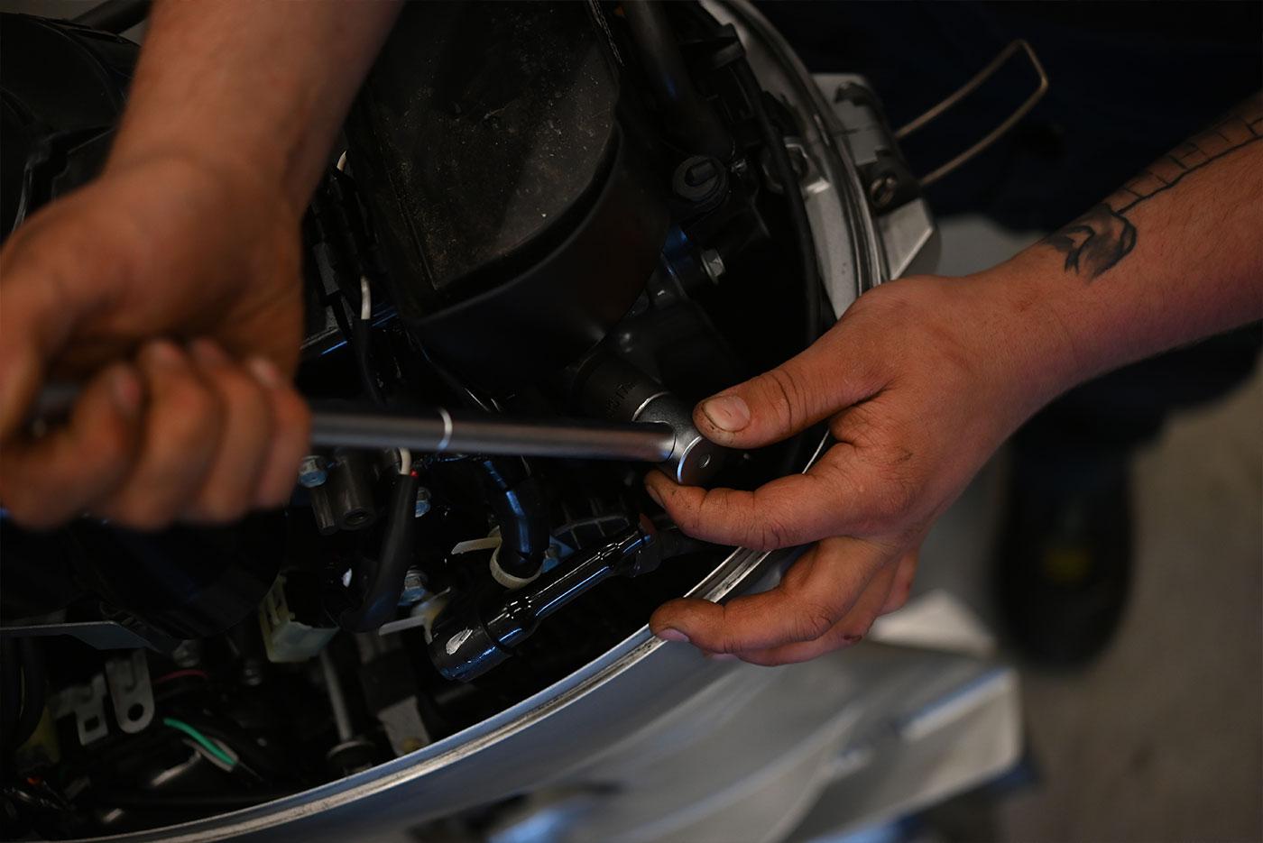 Nærbilde av hånd som skrur på motor