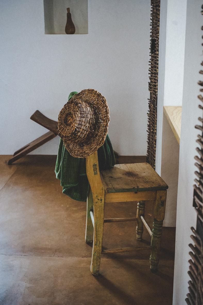 chaise et chapeau