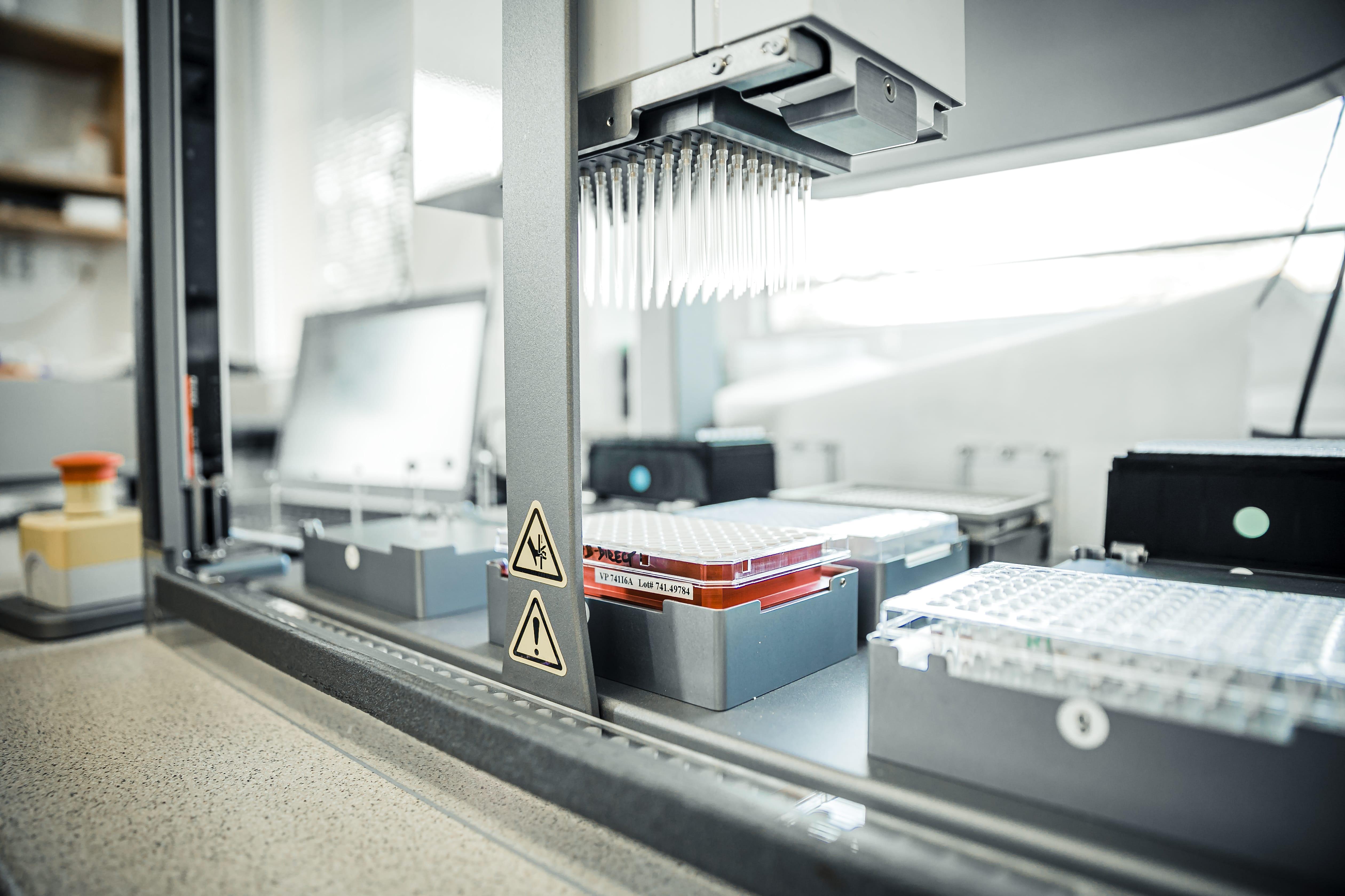 Britská mutace se potvrzuje u 75 procent pozitivních PCR testů, ukazují data z laboratoří