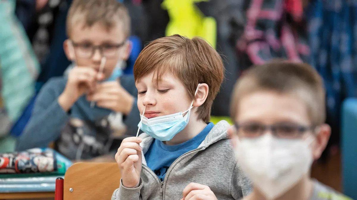 Bez tyčinek v nose, hotovo za tři minuty. Vědci tlačí na změnu testů do škol