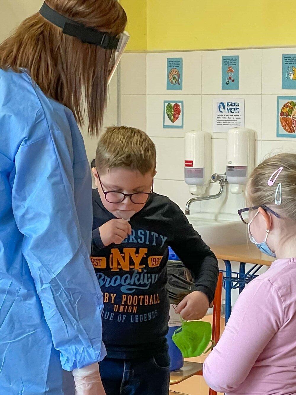 Zvolenských školákov otestovali na covid zo slín