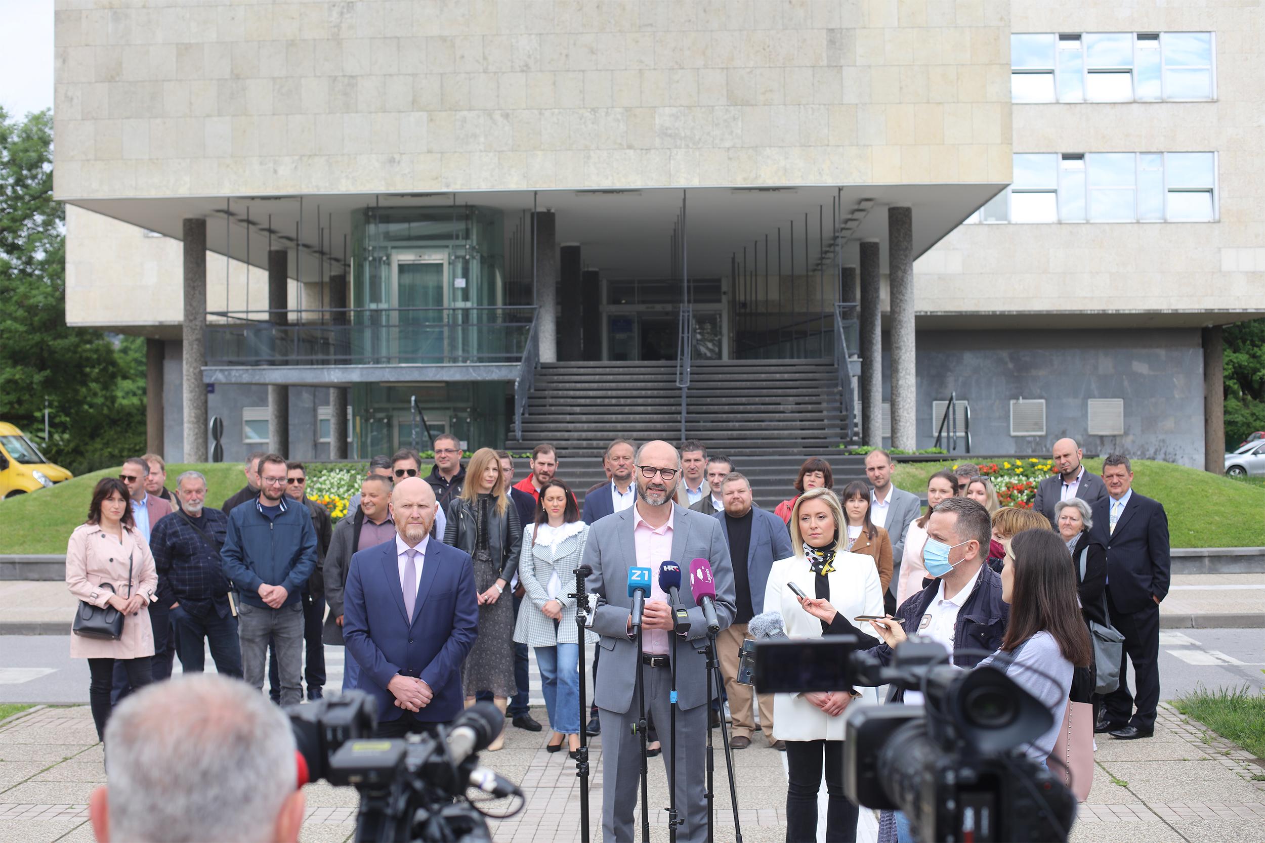 Pozivam sve naše sugrađane da u nedjelju 16. svibnja izađu na izbore i da biraju promjene. Nitko od nas nije zadovoljan trenutnim stanjem u našem gradu, za koje je odgovorna ova gradska vlast i njeni koalicijski partneri. Birajte kandidata za promjene, birajte tim za pobjede, birajte listu za promjene, a to je upravo ono što SDP nudi građankama i građanima Zagreba.