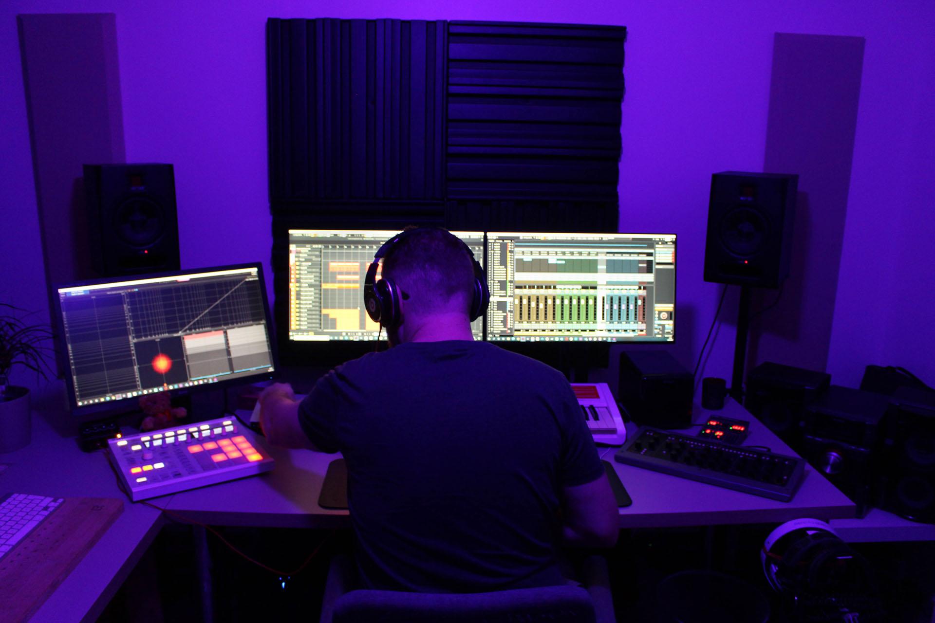 Photo de Kévin Waks dans son studio