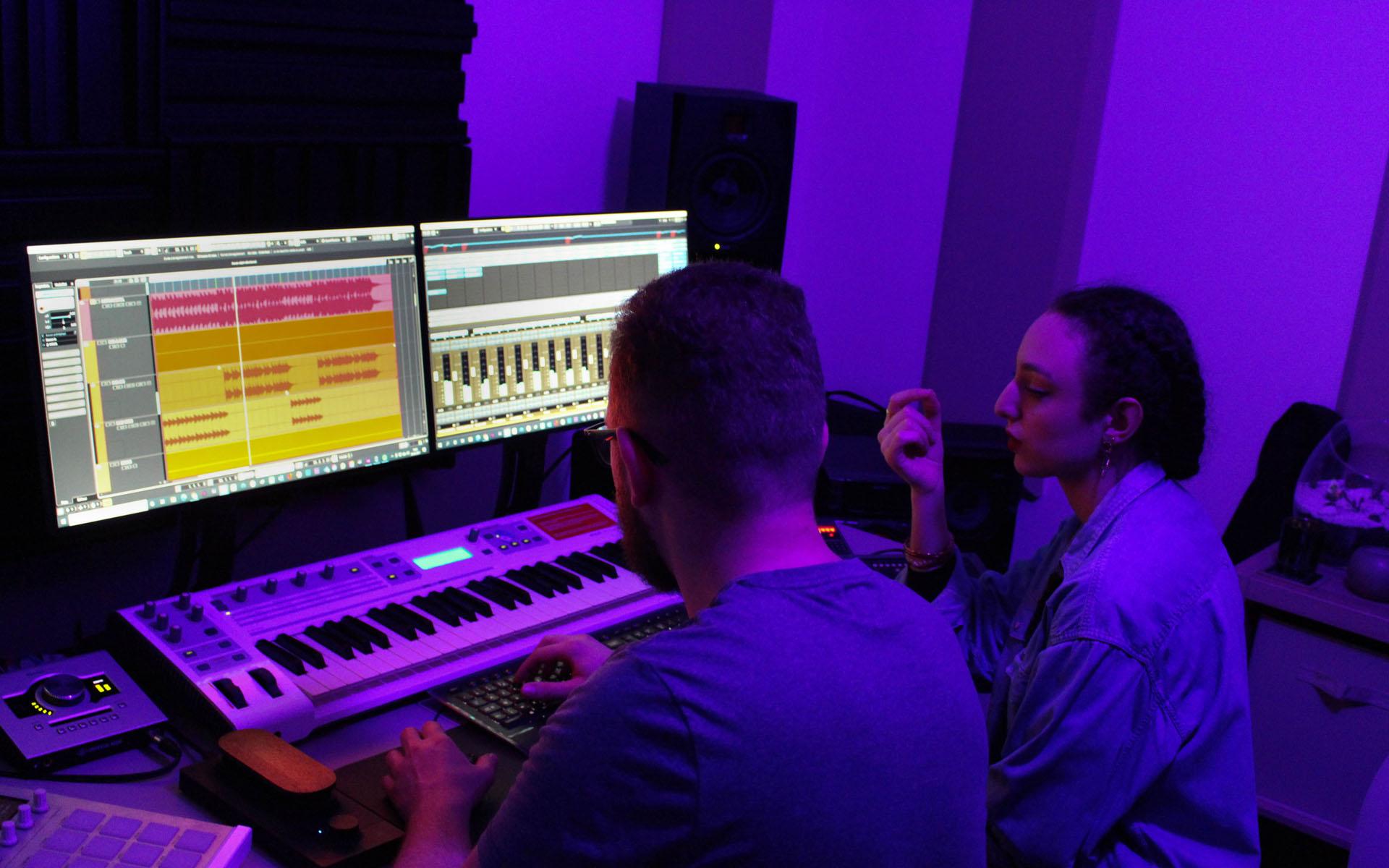 Waks Production et une chanteuse en studio