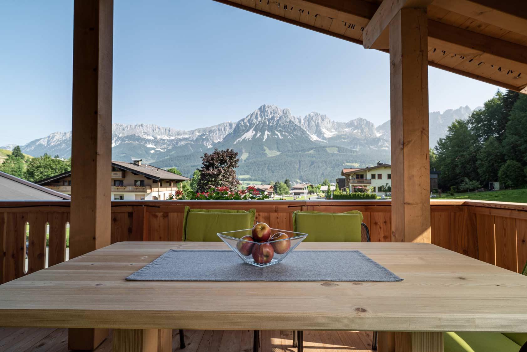 Auermühle Premium Penthouse Appartement – Esstisch auf Panorama-Balkon mit Blick auf den Wilden Kaiser
