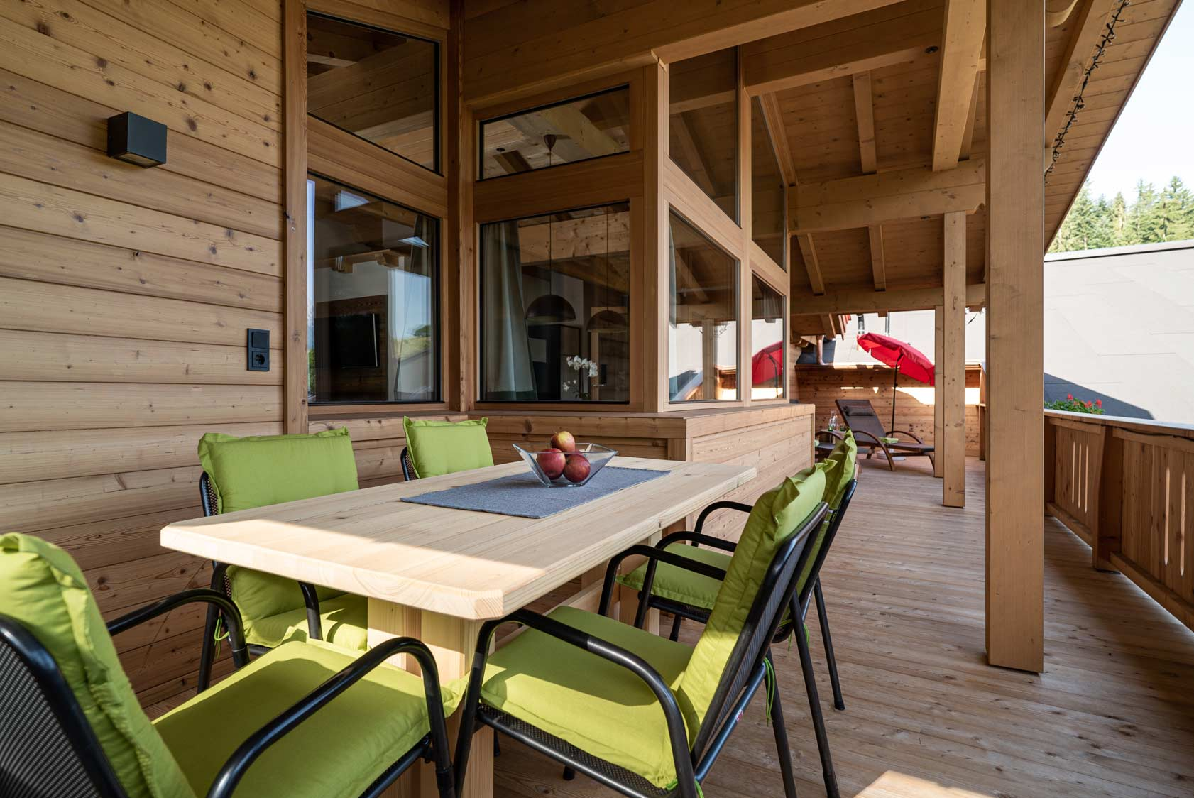 Auermühle Premium Penthouse Appartement – Esstisch auf Panorama-Balkon