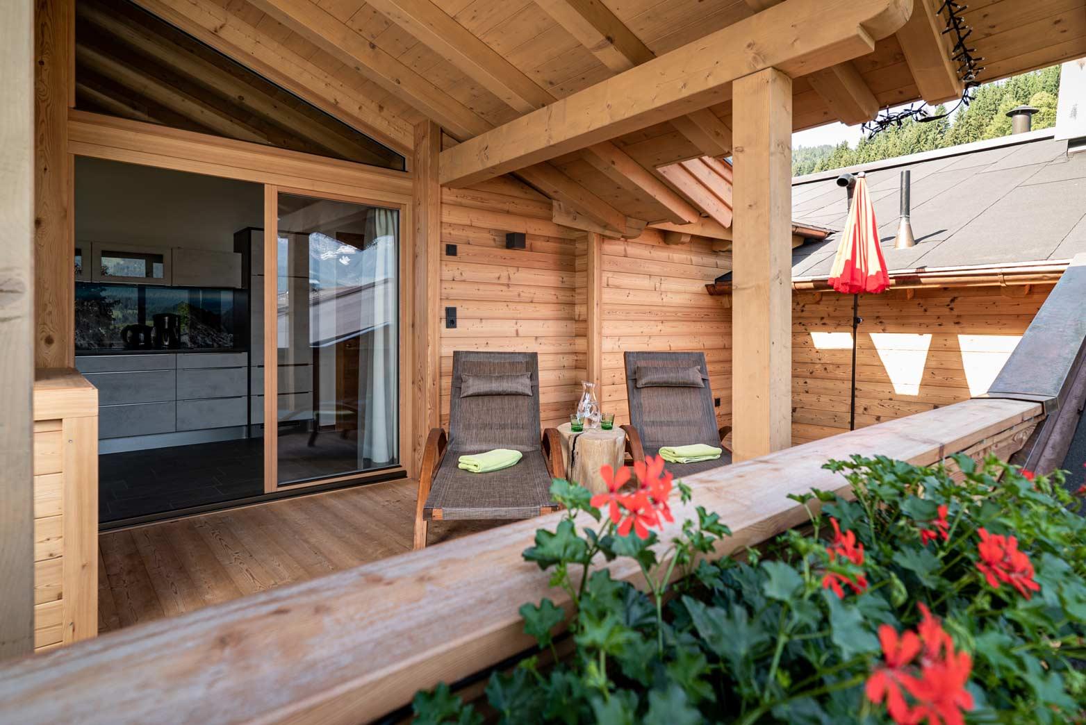 Auermühle Premium Penthouse Appartement – Panorama-Balkon mit Liegestühlen