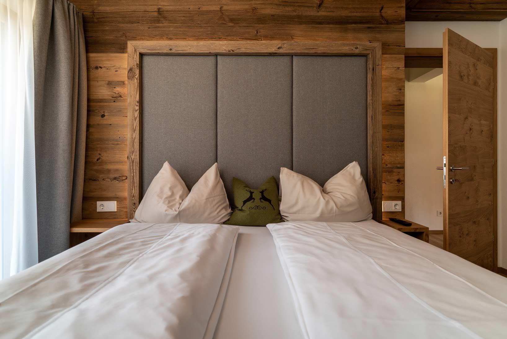 Auermühle Premium Penthouse Appartement – Schlafraum mit Boxspring-Doppelbett