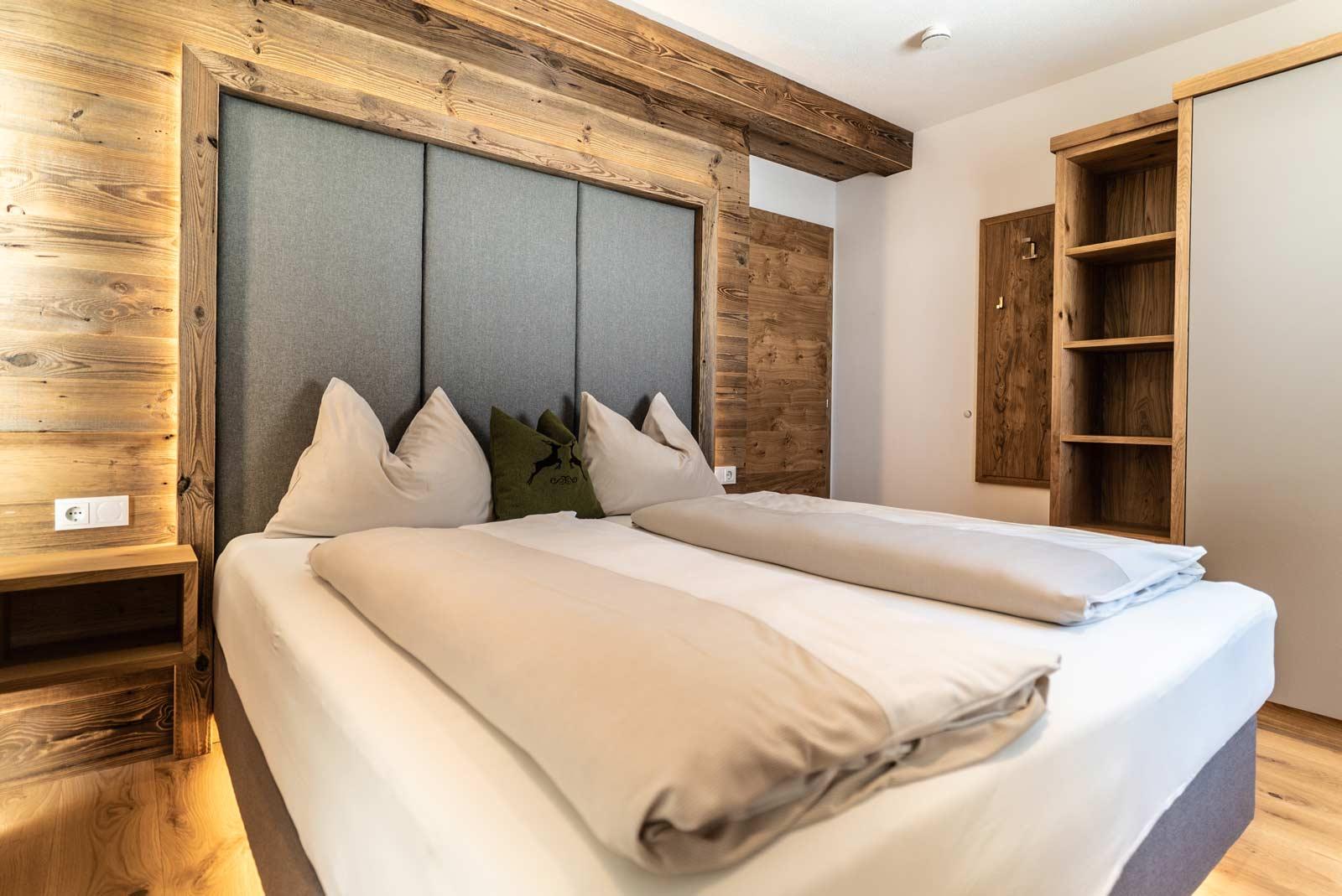 Auermühle Premium-Appartement – Schlafraum mit Boxspring-Doppelbett