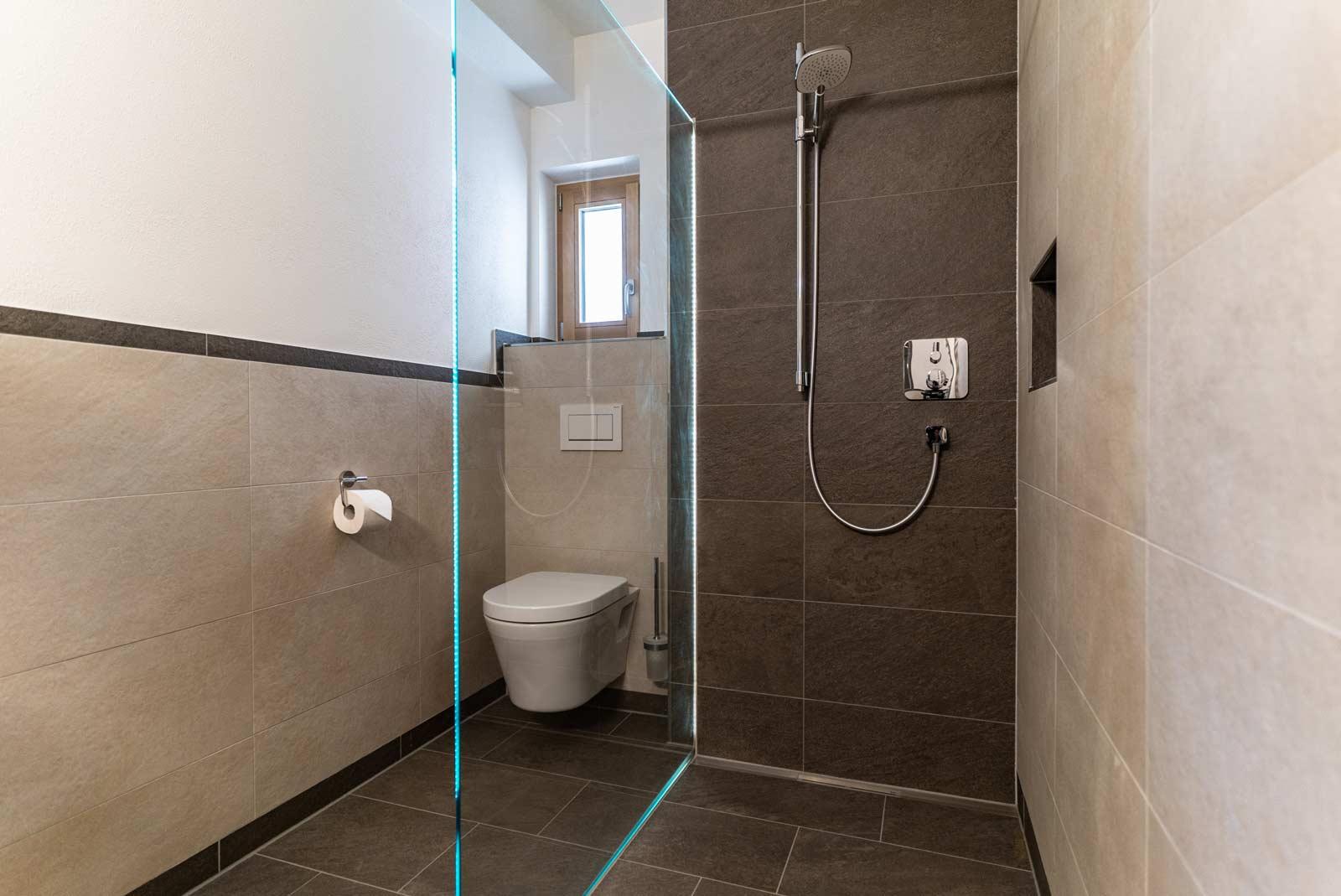 Auermühle Premium-Appartement – Dusche, WC