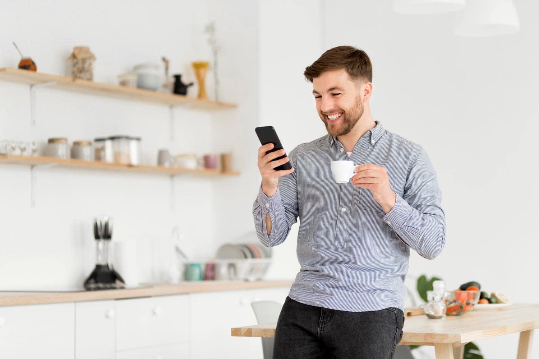 Bilde av person på et kjøkken
