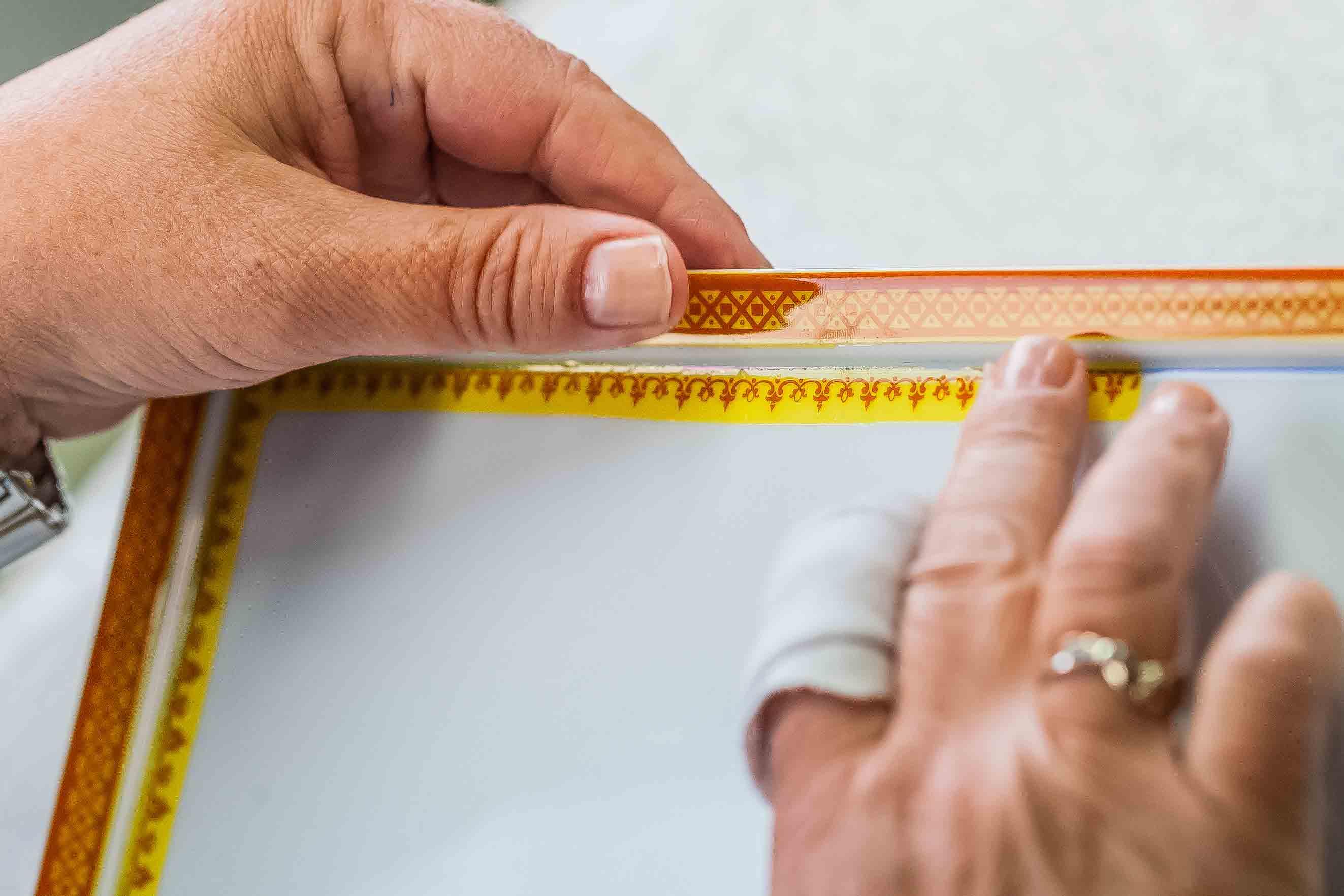 mains décoration assiette édition porcelaine