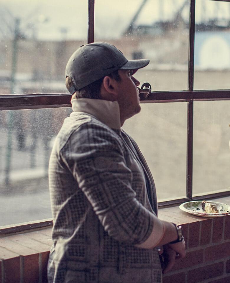 Mensch blickt aus dem Fenster
