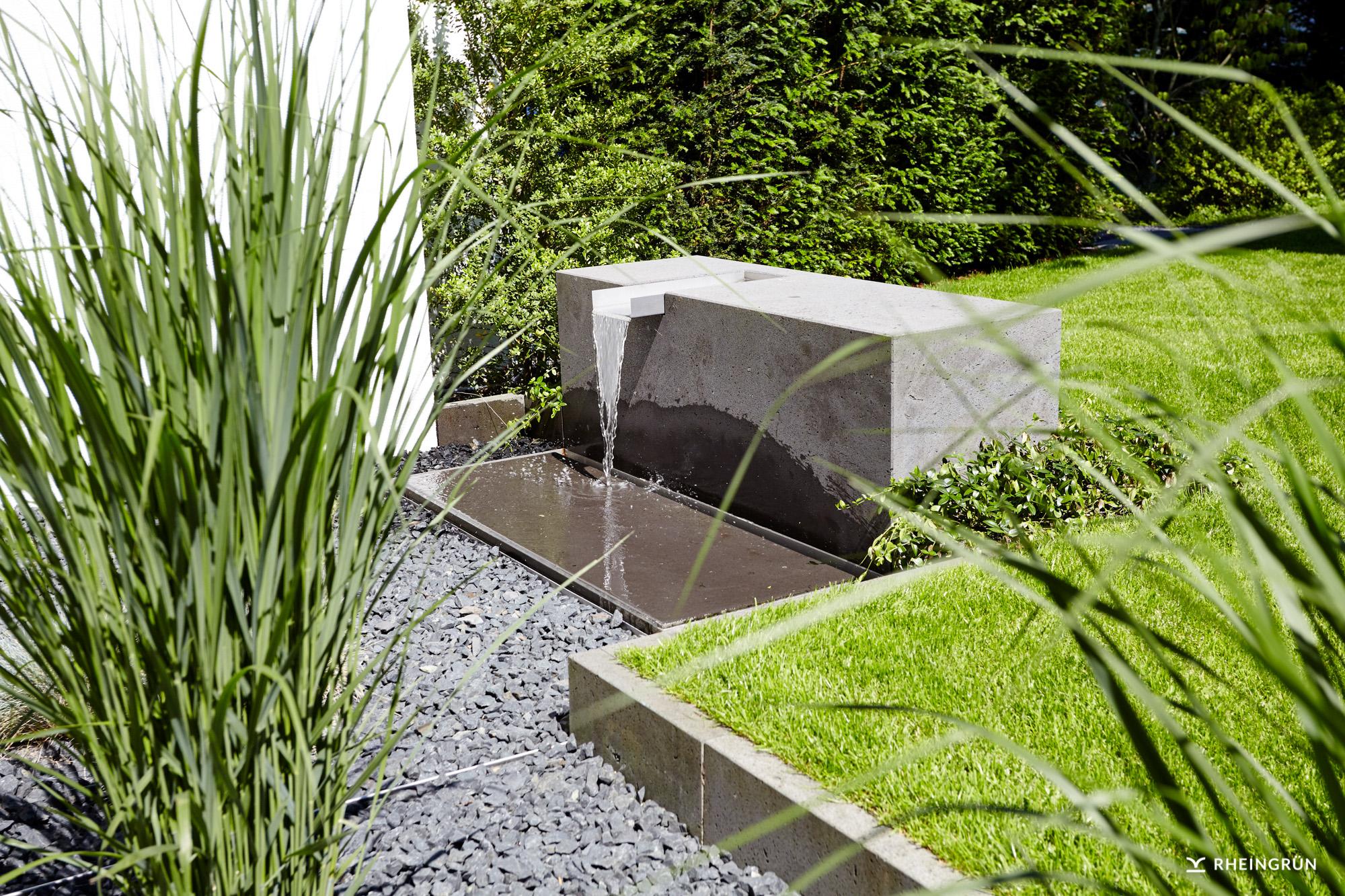 Moderner Garten mit Wasserelement