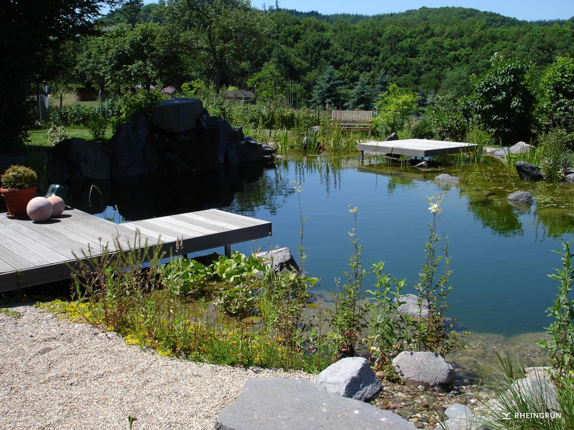 Prachtvoller Garten auf dem Land mit großem Schwimmteich am Hang