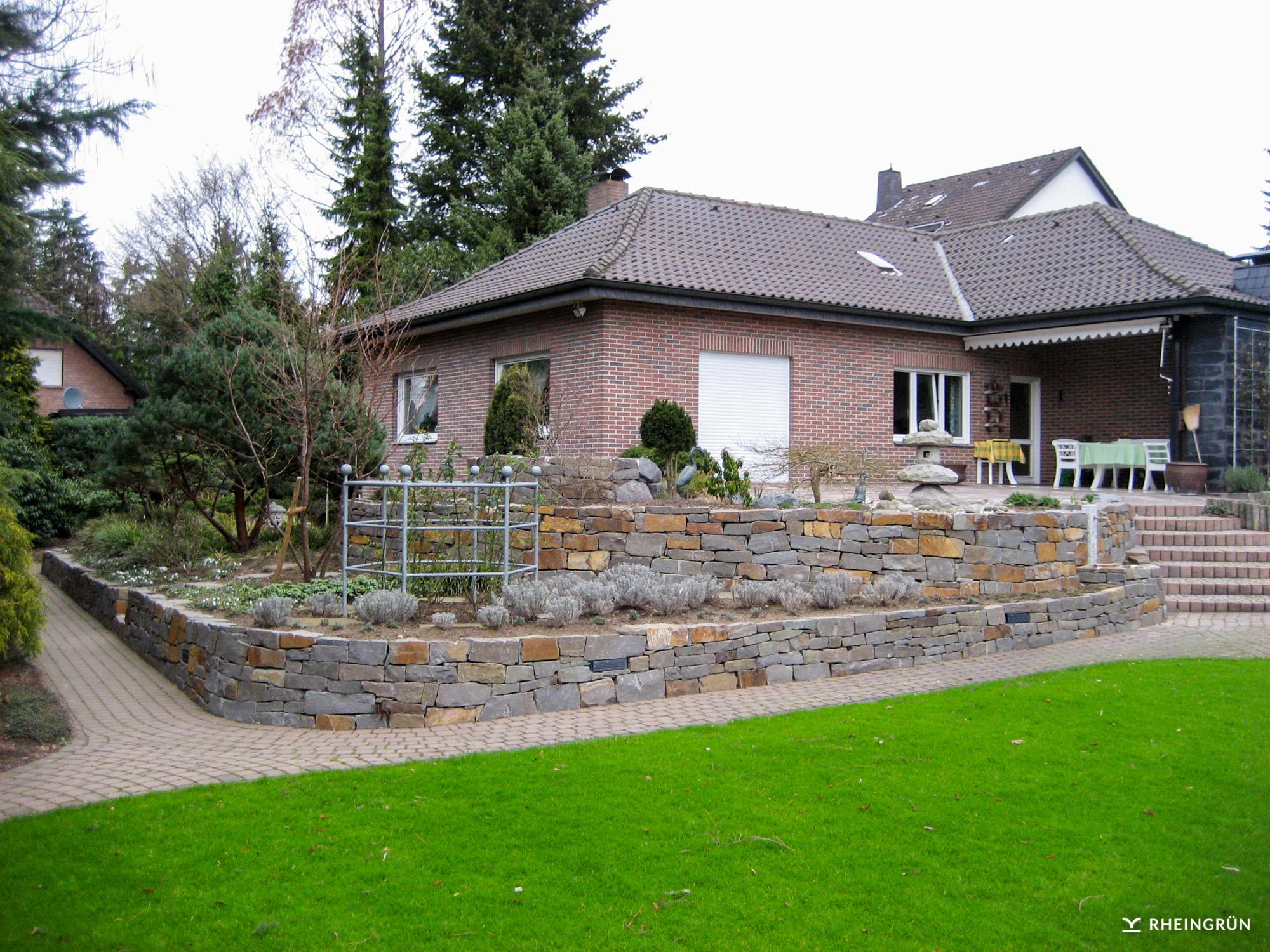 Origineller Garten mit Mosaik aus Naturstein und asiatischen Elementen