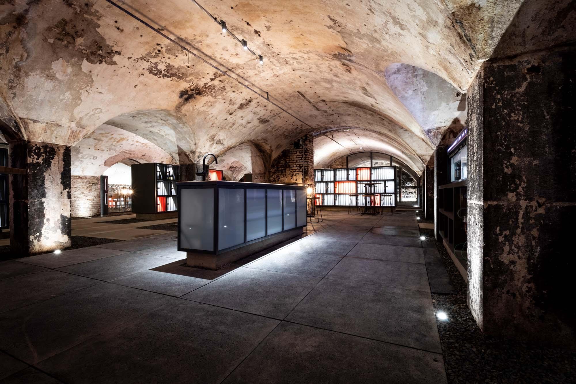Exklusiver Gewölbekeller mit Natursteinplatten und individuellem Lichtkonzept