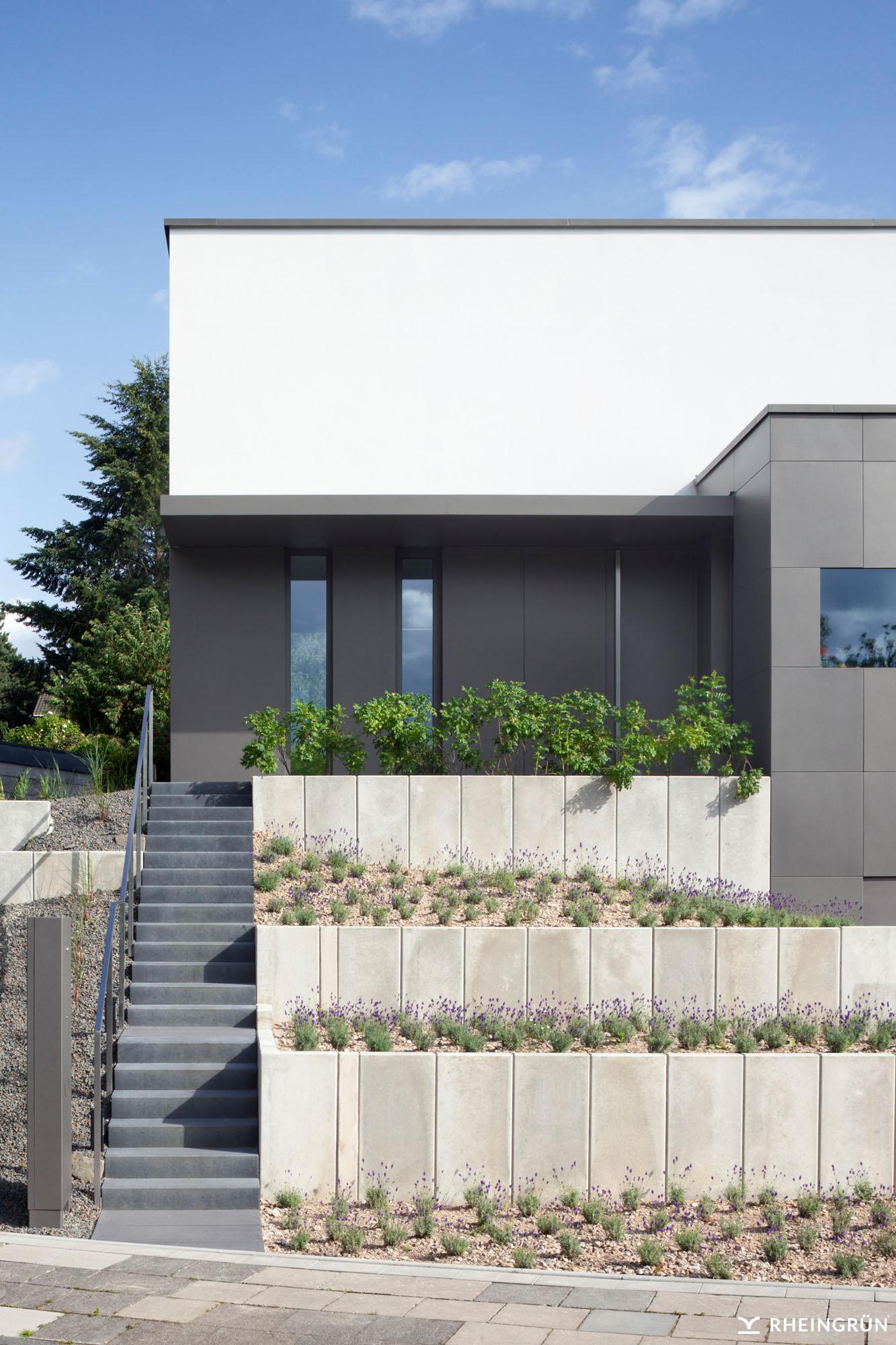 Modernes Einfamilienhaus am Hang mit abgestuftem Vorgarten