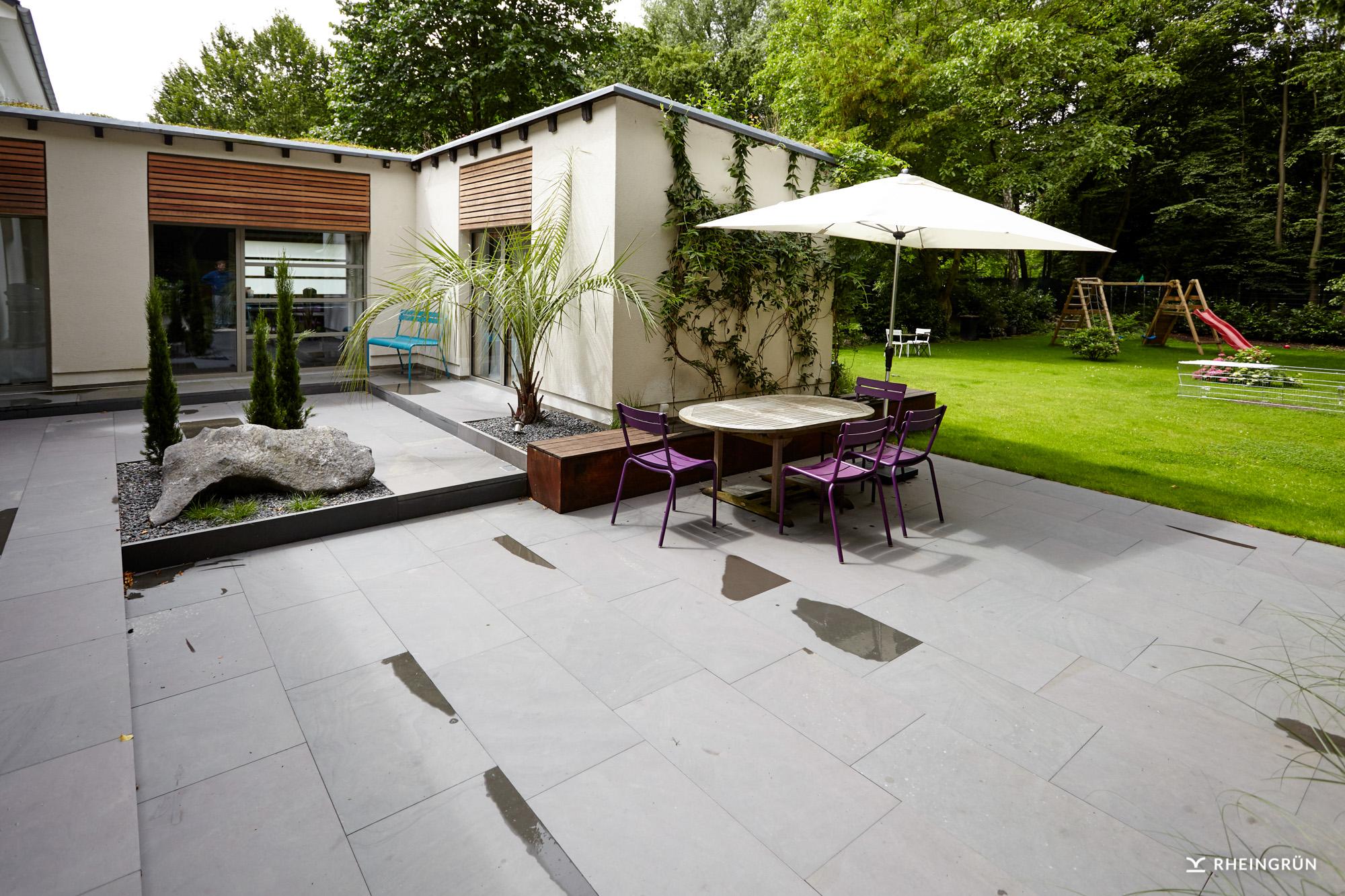 Moderner Familiengarten mit Terrasse und kleinem Atriumgarten