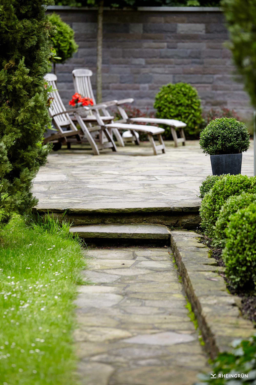 Schöner Privatgarten mit Terrasse und Pflaster aus Naturstein