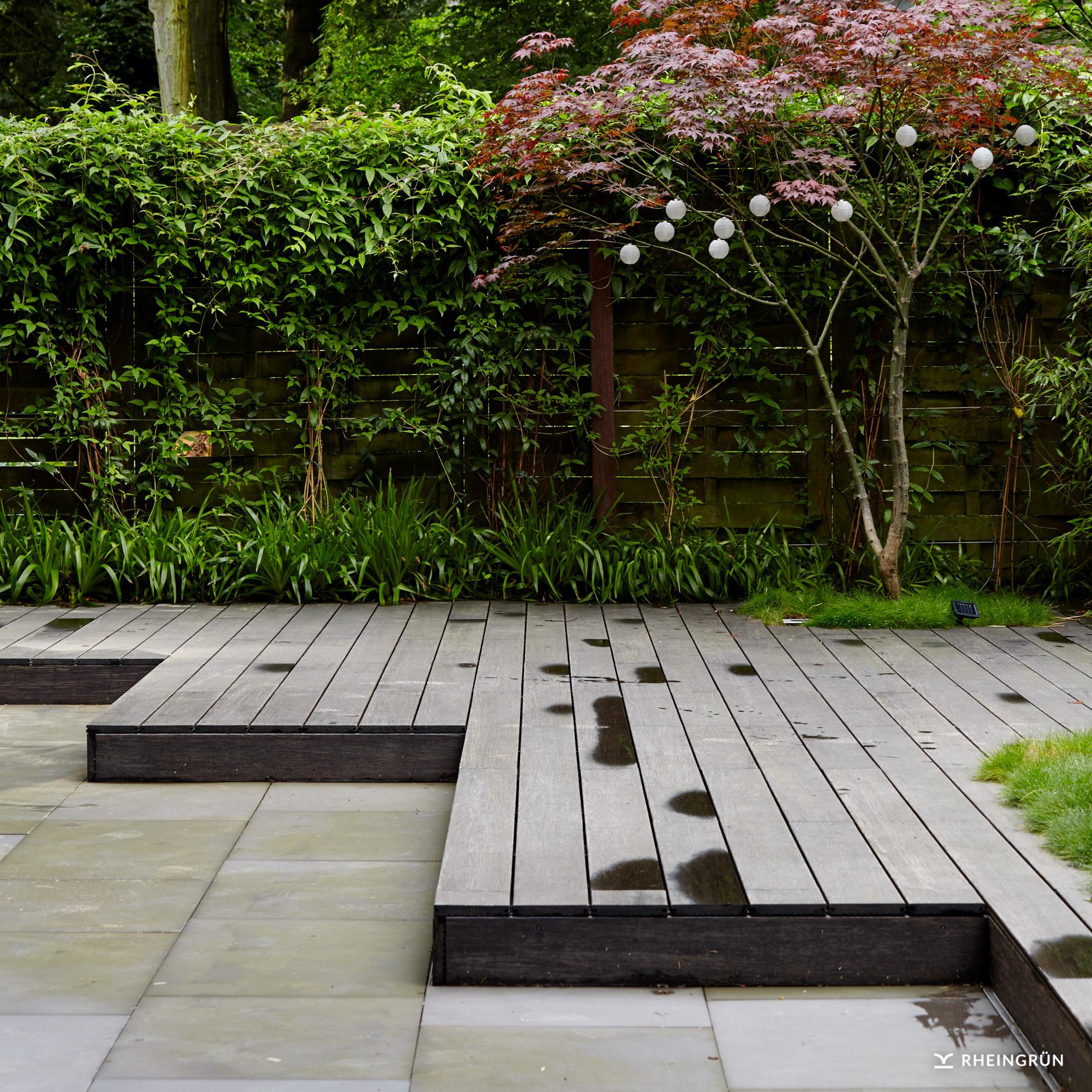 Klassische Gartenterrasse mit Loungebereich und Natursteinpflaster