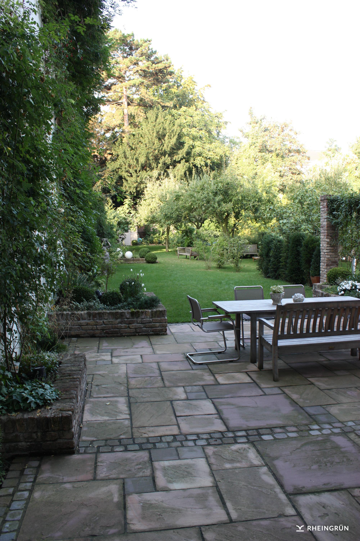 Klassischer Garten in Hinterhof mit Terrasse aus Naturstein und Fassadenbegrünung